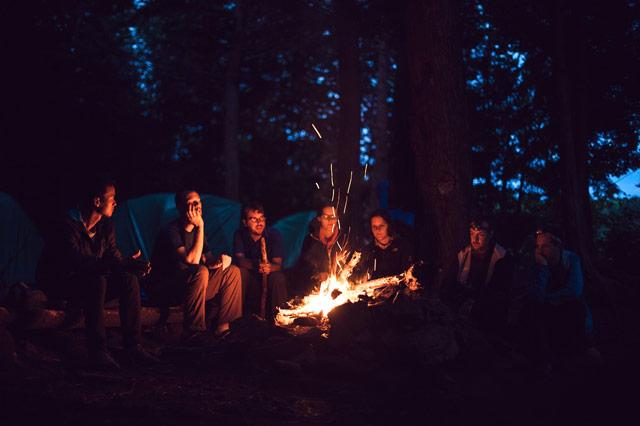 焚き火を囲む男女