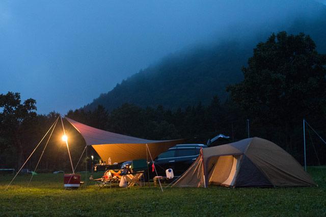 テントの前に設営されたタープ